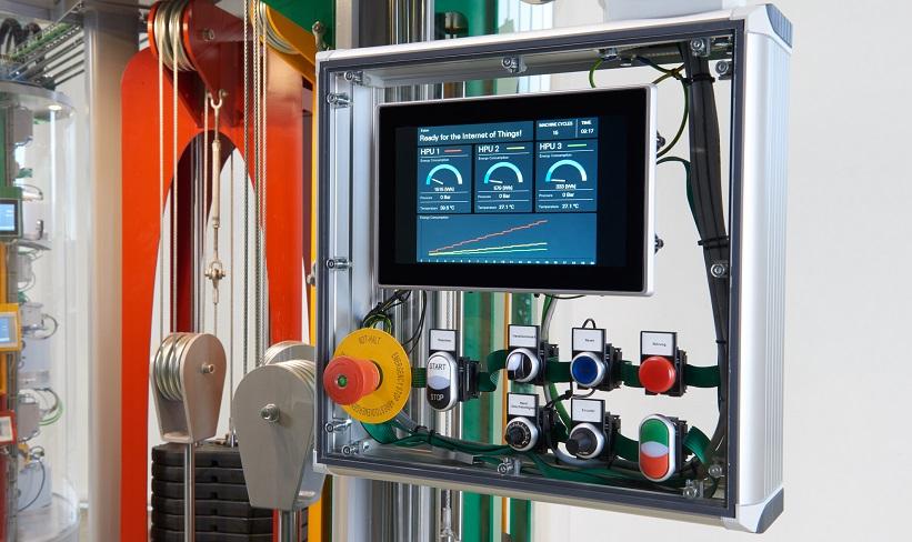2 pav. Įdiegus išmaniąją elektros instaliacijos ir ryšių sistemą, hidraulinį galios įrenginį galima prijungti prie interneto, todėl mechanikai ir galutiniai vartotojai, kad ir kur būdami, gali gauti naujausią išsamią reikalingų duomenų, pavyzdžiui, temperatūros ir slėgio, apžvalgą.